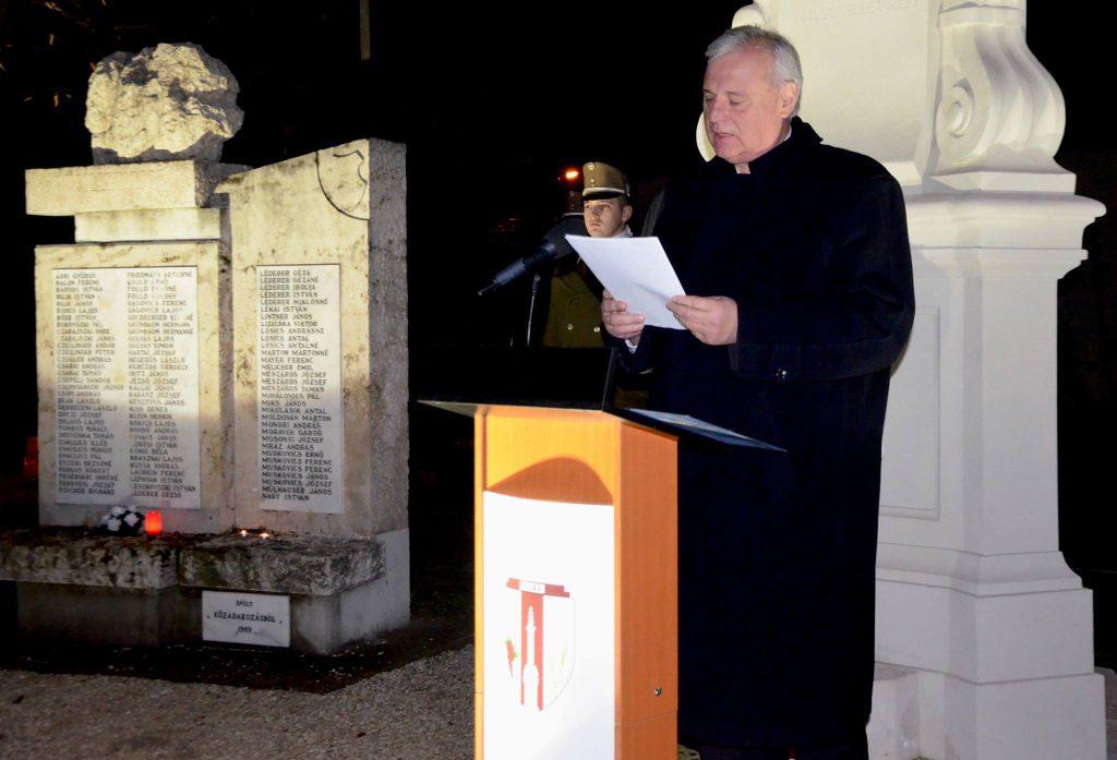 Dr. Aradszki András, tárnok országgyűlési képviselő mondja el megemlékező beszédét az elhurcoltak napi megemlékezésen Tárnokon, 2018. január 8-án.