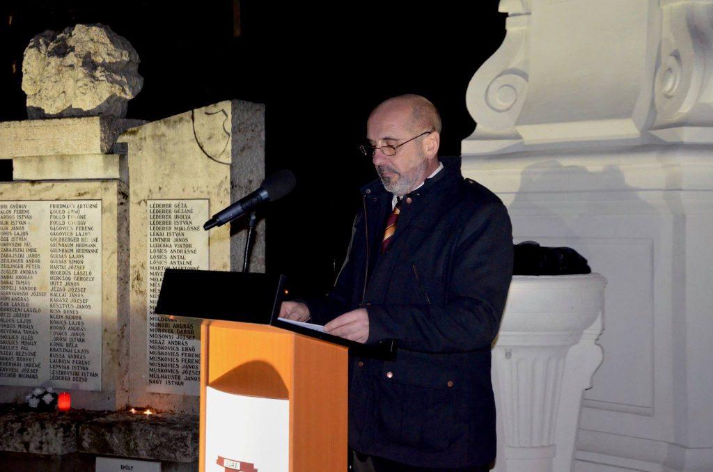 Dr. Aradszki András, Tárnok országgyűlési képviselője mondja el megemlékező beszédét az Elhurcoltak napján tartott megemlékezésen Tárnokon, 2018. január 8-án.